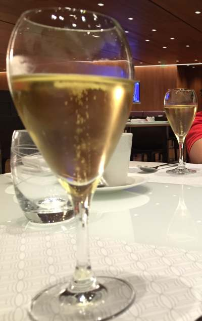 Al Mourjan Lounge Doha Krug Champagner