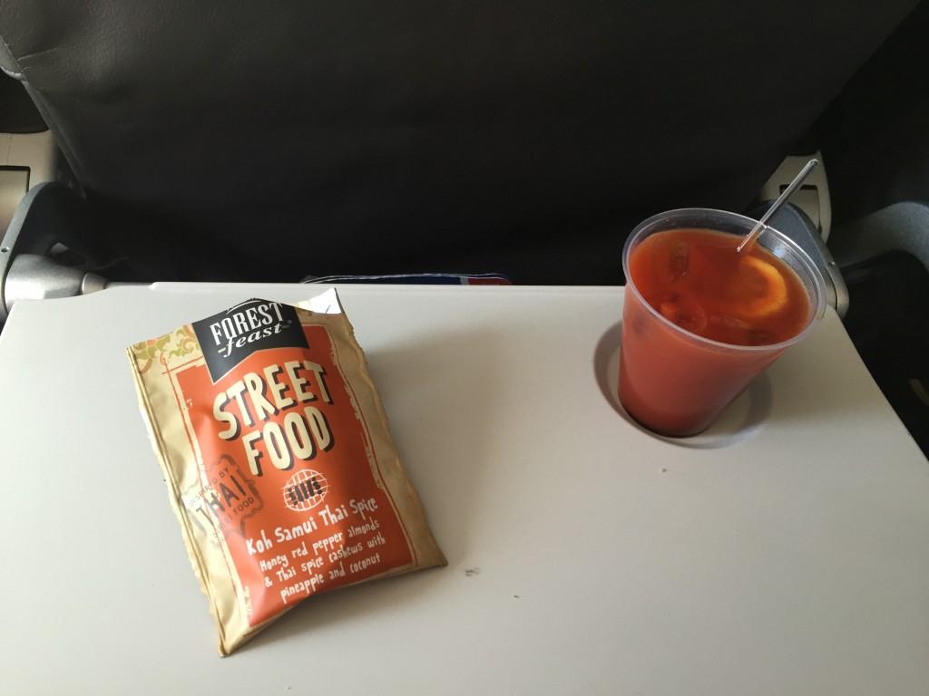 Tomatensaft mit Worcestersauce und Zitrone. Dazu ein kleiner Snack.