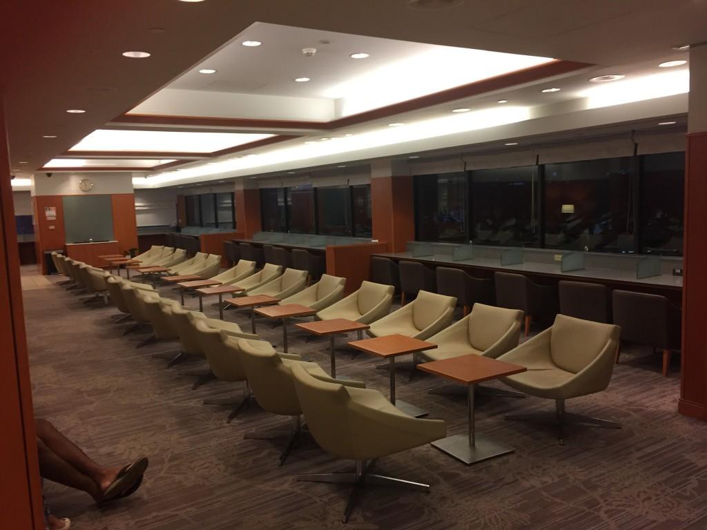 Leere JAL Sakura Lounge auf Hawaii am frühen Morgen