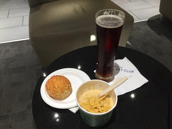 Bier und Suppe im Delta Sky Club